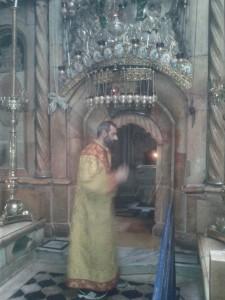 Armenski redovnik posvećuje Sveti Grob