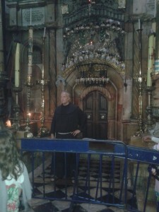 Franjevački redovnik pred ulazom u Sveti Grob