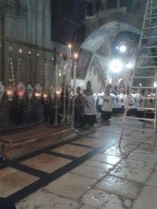 Procesija Franjevaca u Bazilici Svetog groba za Uskrs pored Kamena pomazanja